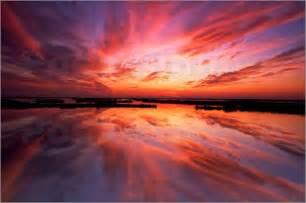 Wohnzimmer Poster by Poster Sonnenuntergang Und Wolken Spiegeln Sich Auf Dem Wasser