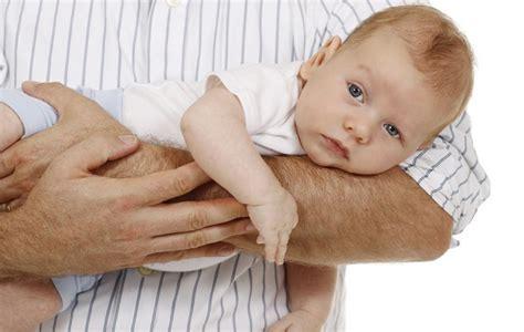 coliche neonati alimentazione mamma coliche neonato come risolverle e al bimbo un