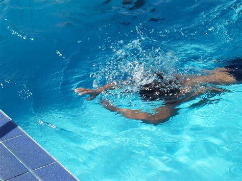 imagenes mujeres nadando file child swim th 1 jpg wikimedia commons