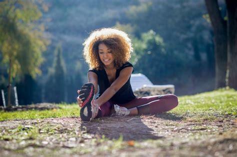 imagenes mujer alegre mujer alegre estirando su pierna en el suelo descargar