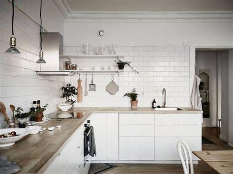 cocina nordica  baldosa metro  encimera de madera