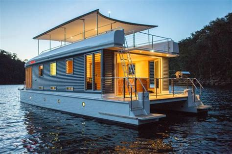 white houseboat jpg - Houseboat Year
