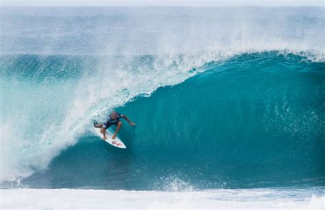 kelly slater surfing pipeline surfing pipeline playing with death wave animal