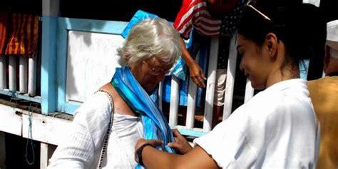 Kain Sarung Tenun Buton Tenun Baubau Menggunakan Kapal Pesiar Wisman Kunjungi Kota Baubau