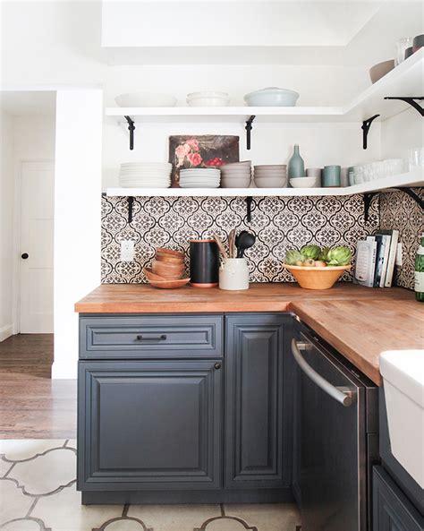 a beautiful spanish tile backsplash home ideas pinterest jak zaaranżować kuchnię w niebieskim kolorze z czarnymi