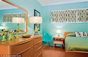 a salmon coloured carpet avocado green bed cover and blonde wood everywhere how fifties
