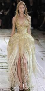 Kate Middleton Wedding Dress Kate Middleton S Wedding Dress Designed By Alexander Mcqueen S Prot 233 G 233 E Sarah Burton Daily
