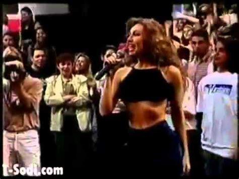famosas mostrando sus senos youtube thalia ense 241 ando senos ense 241 a las tetas mientras cantaba