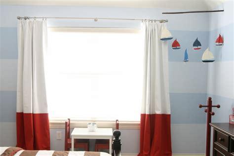vorhang schwarz weiß gestreift coole gardinen im kinderzimmer bieten sonnenschutz und charme