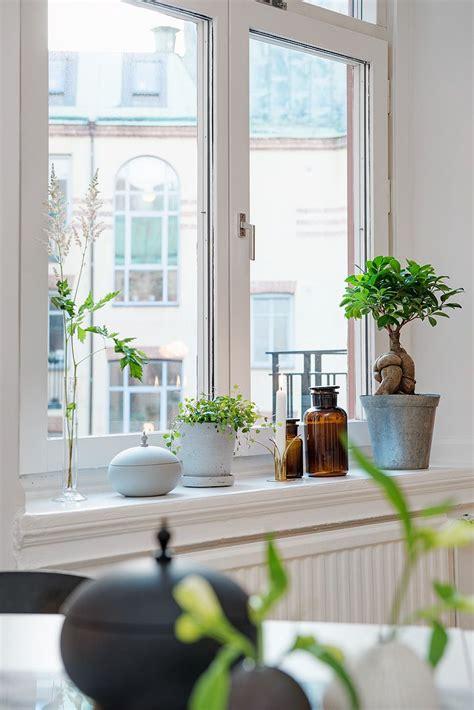 De höga fönstren ger fin kontakt med himlen   Interior