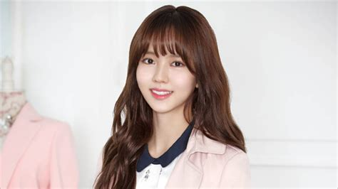 film baru kim so hyun til polos dengan rambut dikepang kim so hyun syuting