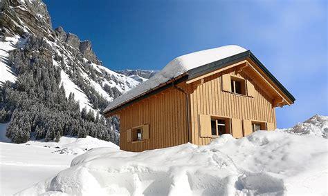 holzhütte im schnee mieten braune holzh 252 tte im schnee sonne angestrahlt