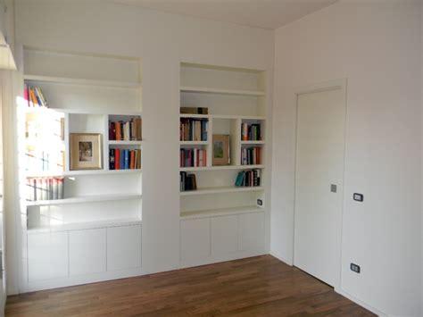 libreria con porta scorrevole foto libreria laccata con porta scorrevole di legnomat