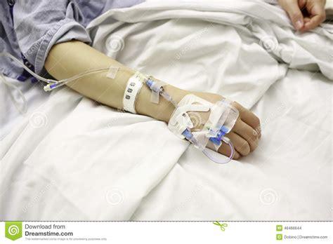 im krankenhaus liegen patient mit iv linien im krankenhaus bett stockfoto bild