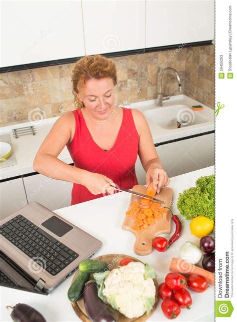 femmes plus cuisine femme au foyer faisant cuire dans la cuisine photo stock