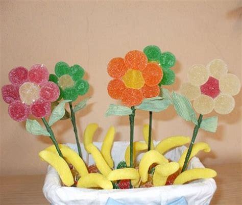 una tarta sencillsima de hacer con colores muy primaverales c 243 mo hacer figuras y tartas con chuches o gominolas