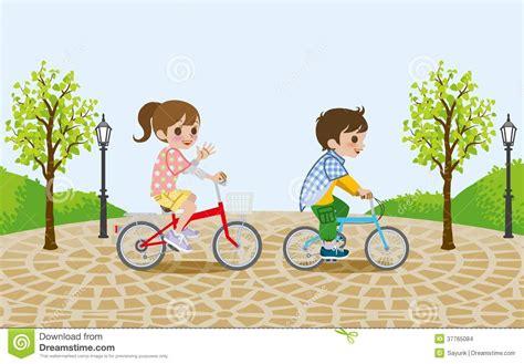 imagenes de niños jugando en bicicleta dos ni 241 os que montan la bicicleta en el parque