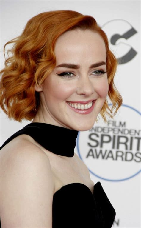 bobs cut awayfrom face how to style jena malone short wavy bob wrap sections of
