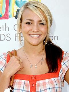 jamie lynn spears shows off new engagement ring to friends