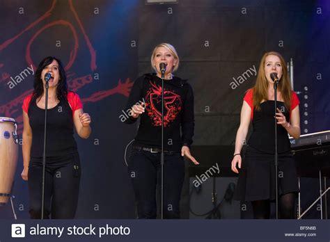 background singers from left minnig lesley bogaert and bayard