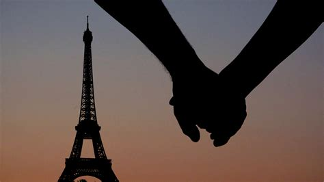 wallpaper couple paris couple lovers holding hands in paris at sunset eiffel