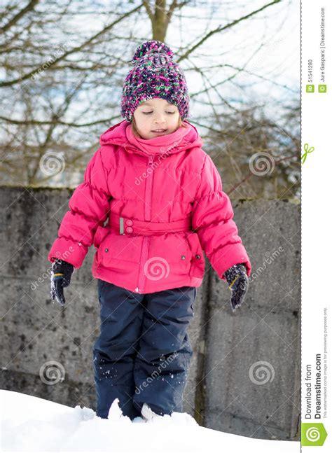 fotos invierno niños la ni 241 a en ropa del invierno lo est 225 jugando en nieve con