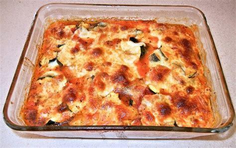 cucinare pasta e zucchine gnocchi zucchine e mozzarella in cucina con bandoin
