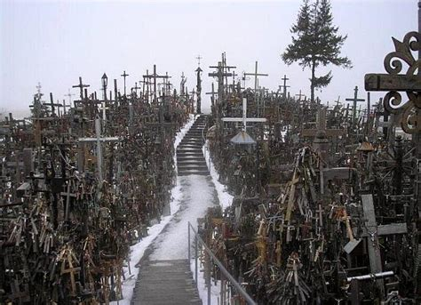 imagenes lugares insolitos hill of crosses in lithuania damn cool pictures