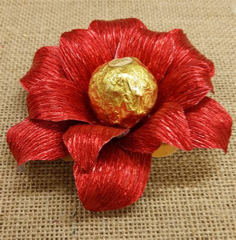 fiori di carta per natale fiore natalizio fatto con carta crespa per servire i dolci