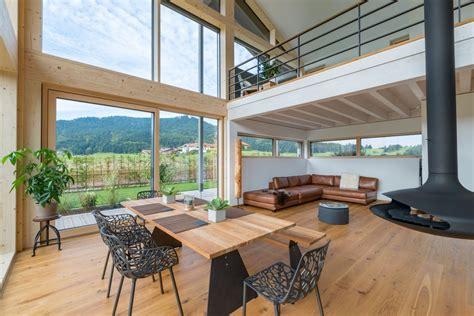 modernes haus innen mit galerie kamin wohnzimmer offen