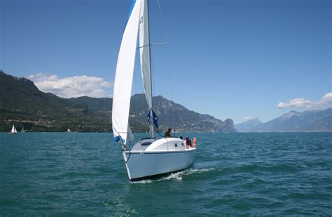 sailboat from it petrel 28 family cruising sailboat small boat plans