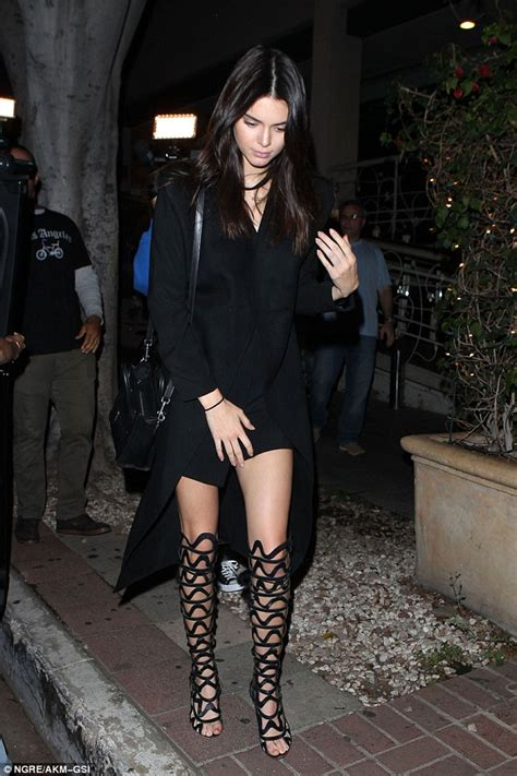 laras de pie estilo co kendall jenner shows off in sexy thigh high sandals with