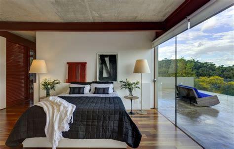 Increíble  Mesitas De Noche Diseno Modernas #6: Dormitorio-ventanal-mesitas-noche-ropa-cama-negra.jpg