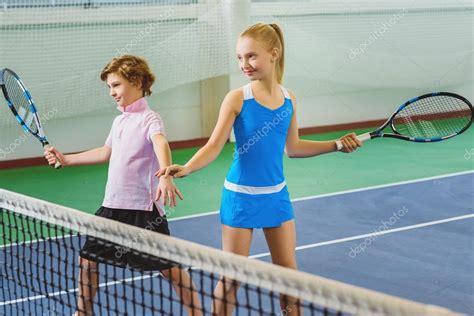 imagenes niños jugando tenis ni 241 os jugando tenis y posando interior foto de stock