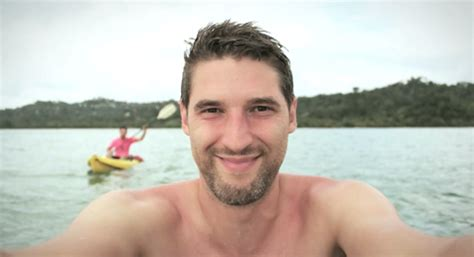man documents vacation to nyc, costa rica in 1,000 selfie