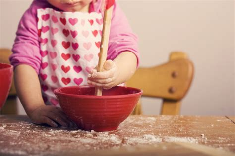 bambini in cucina ricette 18 cose i bambini possono fare da soli in cucina le