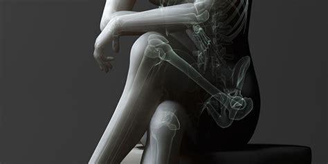 donne sedute con gambe accavallate perch 233 non dovremmo mai incrociare le gambe quando siamo