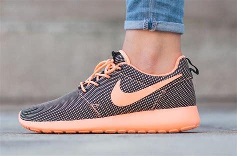 Nike Roshe Run Flyknit Fullblack nike wmns roshe run sunset glow sneaker bar detroit