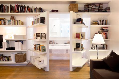 salotto con libreria libreria porte a bilico