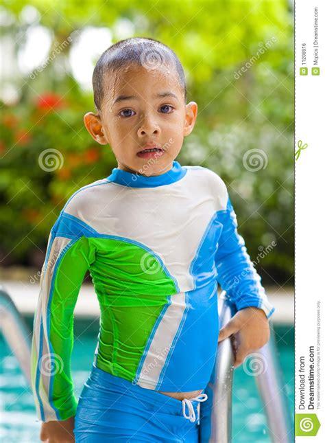 costume da bagno in inglese bambino con il costume da bagno operato immagine stock