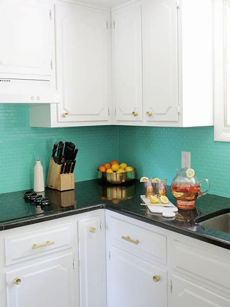 foto cocina  azulejos pintados en azul aguamarina de