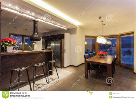 maison comptoir de cuisine et table photo stock
