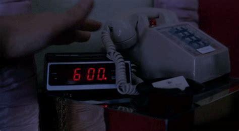 groundhog day alarm clock gif 9 motivos pelos quais dividir a cama pode estar