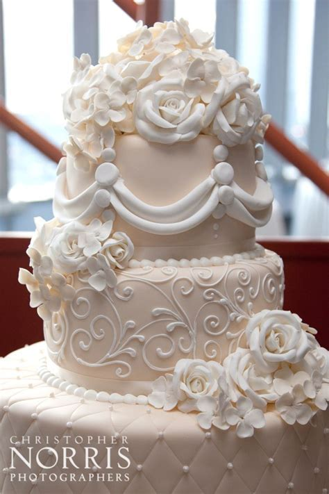 Elegant wedding cake. Wedding photography by Christopher