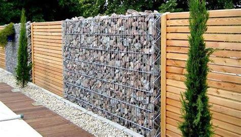 Piedras Decorativas De Jardin #4: Cerca-moderna-con-sector-de-piedras-sueltas-en-canasto-madera-en-un-patr%C3%B3n.jpg