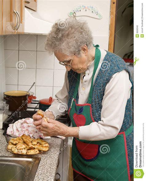 cuisine int馮r馥 pas ch鑽e grand m 232 re dans la cuisine photo stock image 9959340