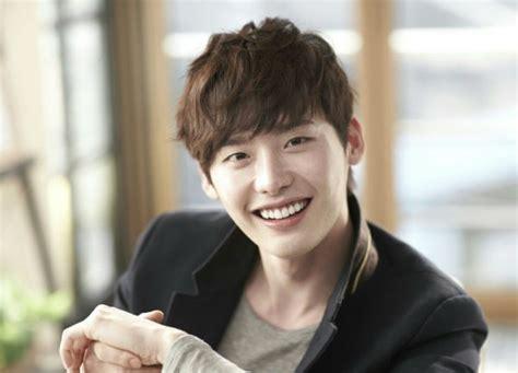 film korea lee jong suk dan kim woo bin kamu pasti klepek klepek lihat 10 aktor korea terganteng