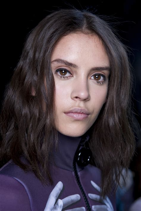 Haircuts That Help To Take The Eyes Away From Jowls | medium length haircuts to flatter your face shape a guide