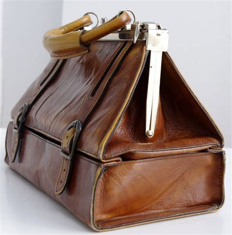 Ask Styledash A Messenger Bag For My by 25 Best Ideas About Vintage Leather Bags On