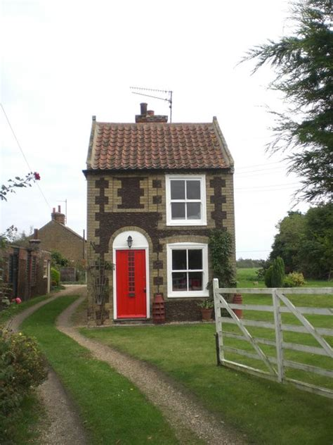 Small Home Uk File Small House Roydon Geograph Org Uk 583520 Jpg
